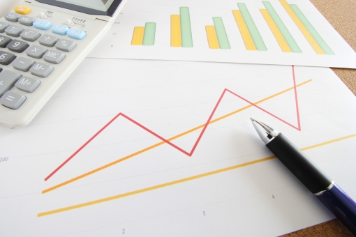 電卓 ビジネス 資料 グラフ 棒グラフ 折れ線グラフ 書類 打ち合わせ 会議 ミーティング マーケティング プラン 計画 データ 仮説と検証 業績 経営分析 ボールペン 方向性 営業 プレゼン 提案 イメージ 予測 予想 すり合わせ 確認作業 承認 報告会 企画