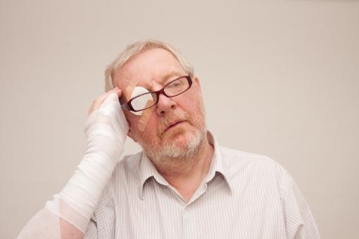 シニア 外国人 正面 ひげ 髭 上半身 髭面 白髪 シャツ 一人 初老 白背景 片手 右手 包帯 怪我 目 眼帯 患う 病気 眼鏡  お手上げ 途方にくれる 助けて 立つ 室内 困る 困惑 疲れる 疲労感 絆創膏 頭痛 男性 mdjms002