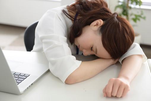 「座って仮眠をする画像フリー」の画像検索結果