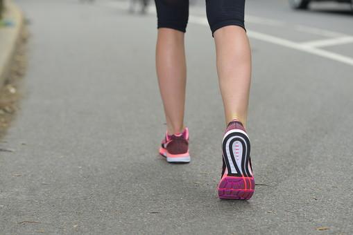運動 スポーツ ジョギング ランニング ウォーキング 体操 ストレッチ 下半身 脚 足 美脚 レッグ ふくらはぎ ランニングウェア スポーツウェア 靴 スニーカー シューズ 背景 道路 道 ロード アスファルト 公園 パーク 女性 女子 女 mdff019