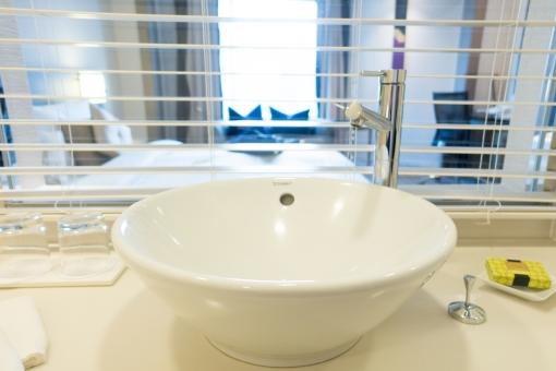 洗面所 蛇口 コップ 洗面器 おしぼり グラス ブラインド 歯ブラシ 洗顔 水 準備 おしゃれ 清潔 部屋 デザイナーズ ルーム ウォーター 窓 クリーン