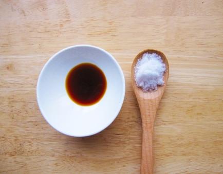 塩 しお シオ 塩分 減塩 塩分濃度 動脈硬化 食塩 病気予防 机 木目 塩分取りすぎ 薄味 うす塩 心臓病 血管年齢 脳卒中 健康 しょっぱい しょうゆ ナトリウム濃度 白い 黒い 液体 つける かける 肝臓疾患