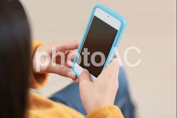 スマホを使う子供の写真