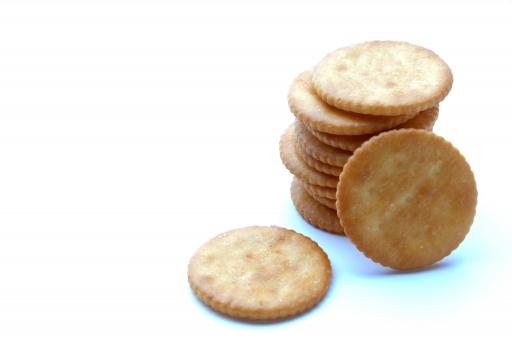 クラッカー クッキー お菓子 菓子 おやつ パーティー 軽食 焼き菓子 焼菓子 ビスケット 重ねる 塩 塩味 塩気 塩の 白背景 白バック