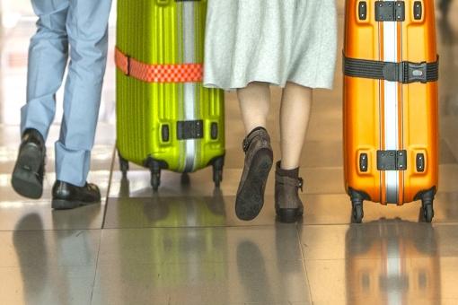 ターミナル 人物 女性 旅行者 旅行鞄 スニーカー キャリーバック スーツケース 男性 カップル 夫婦 恋人 新婚旅行 るんるん 二人旅 友達と一緒 遠くに行きたい 至福の時 自由気ままに オフタイム ポストカード 背景 背景素材 待ち受け画像 コピースペース トラベラー 知らない街に 未知の場所に 期待 ワクワク 旅行イメージ 気軽にどうぞ 秋の旅 デザイン素材 グラフィック素材 夏の旅 乗物 駅 空港 海外旅行 故郷に帰ろう 休暇 休日 バケーション お土産どっさり 帰路 飛行場 思い出づくり 卒業旅行 後ろ姿