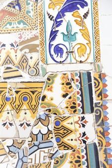 海外 外国 ヨーロッパ スペイン バルセロナ グエル公園 グエル伯爵 ガウディ アントニオ 建築 建築物 建物 建築家 デザイナー タイル モザイク トレンカディス ジュゼップ マリア ジュジョール 旅行 旅 観光 トリップ トラベル 曲線 トカゲ 外観 有機的 カラフル 赤 黄色 青 模様 柄