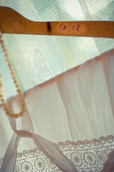 結婚 結婚式 挙式 お祝い マリッジ 幸せ 幸福 ハンガー 木製 飾る かける ネックレス 首飾り レース カーテン 透ける 光 窓 布 白 ホワイト 服 結ぶ 皺 網目 模様 結び目 お洒落 服