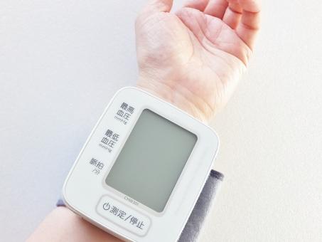 血圧計 電子血圧計 健康 ヘルスケア 健康管理 予防 高血圧 低血圧 習慣 生活習慣病 病院 病気 治療 医療器具 計測 計る 測る デジタル 手首式血圧計 血圧計 手首 手首血圧計 妊娠中毒症 脳梗塞 心筋梗塞 疾病 規則正しい生活 ヘルス 脈拍 気をつける