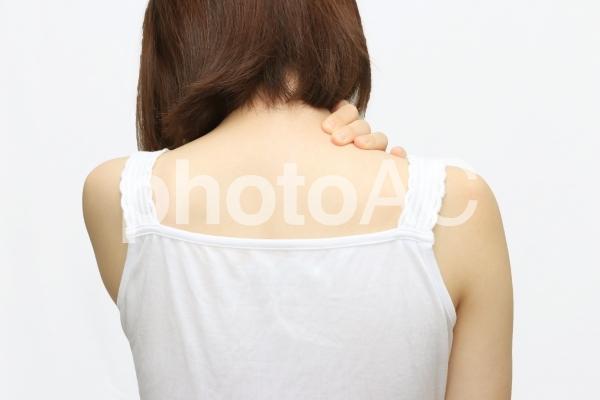 肩に手を当てる女性(カラー)の写真