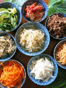 惣菜 おかず 煮物 お浸し 炒 皿 キムチ 韓国 朝鮮 ビビンパ エゴマ もやし 野菜 ズッキーニ 家庭 料理 母 手作り ナムル