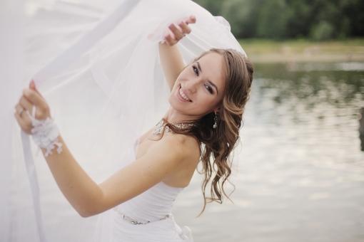 外国人 外人 人物 女性 白人 20代 茶髪 外国 野外 屋外 ウェディング ウエディング Wedding ドレス ベール 白 純白 ホワイト Dress ウェディングドレス ウエディングドレス 結婚式 新婦 撮影 ポージング 美人 湖 ポーズ mdff097