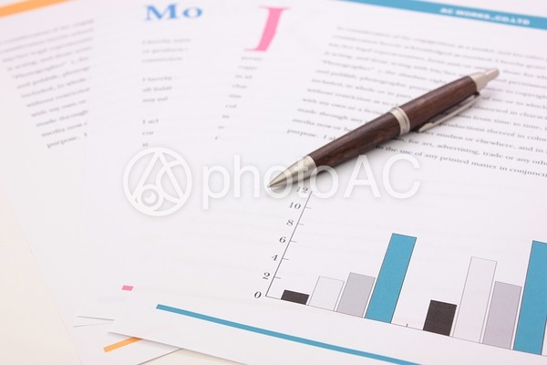 紙の資料とボールペン3の写真