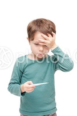 熱を測る男の子1の写真