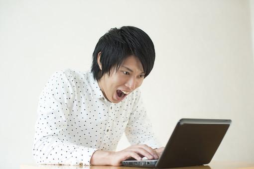 人物 男性 日本人 モデル 若者 若い 青年 20代 大学生 学生 私服 カジュアル シャツ ポーズ 屋内 室内 部屋 明るい 白バック 白背景 パソコン ノートパソコン PC 机 テーブル 操作 入力 インターネット 検索 上半身 表情 驚く びっくり ビックリ 驚愕 夢中 熱中 mdjm006