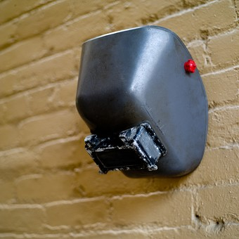 工具 溶接 マスク 保護 道具 用具 工業 産業 鉄工業 お面 遮光面 溶接面 鉄 火花 無人 屋内 室内 壁 防護 プロテクト ガード 静物 金属 無機質 DIY