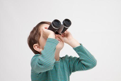人物 こども 子ども 子供 男の子  少年 幼児 外国人 外人 かわいい  無邪気 あどけない 屋内 スタジオ撮影 白バック  白背景 ポートレート ポーズ 表情 Tシャツ  カジュアル 上半身 双眼鏡 覗く 見る 発見 観察 見上げる キッズモデル mdmk010
