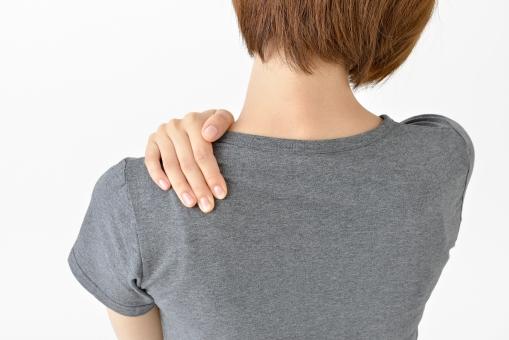 肩を押さえる女性1の写真