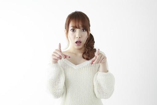人物 女性 日本人 若い 20代   セーター ニット カジュアル モデル かわいい   キュート ポーズ おすすめ 屋内 白バック   白背景 上半身 仕草 表情 指さす 指差し 示す 前方 両手 驚く びっくり mdjf005