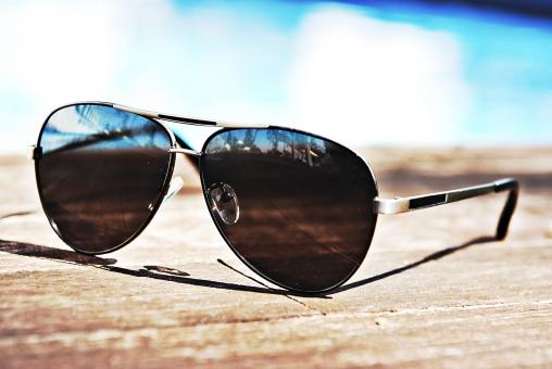 外国 海外 屋外 外 風景  夏 リゾート  バカンス レジャー 休暇 休日 プール プールサイド アップ サングラス 板 雑貨 ワンポイント 無人 ファッション 黒 シンプル 水面 おしゃれ オシャレ