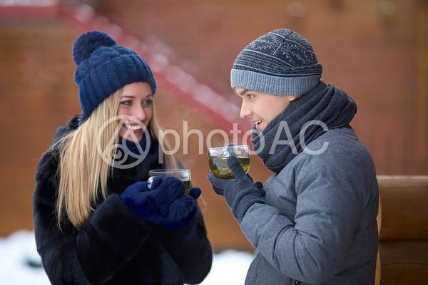 暖かい飲み物を飲むカップル7の写真
