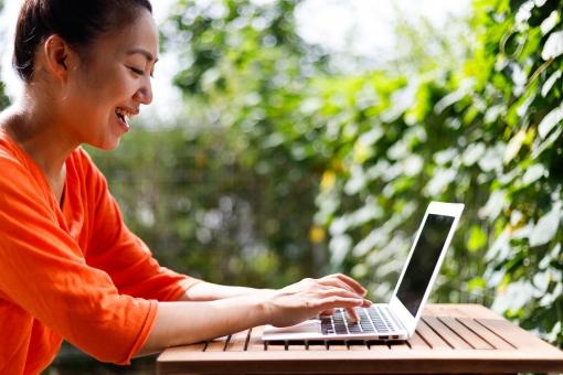 パソコンで作業する女性の写真