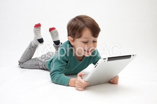 タブレットと男の子1の写真