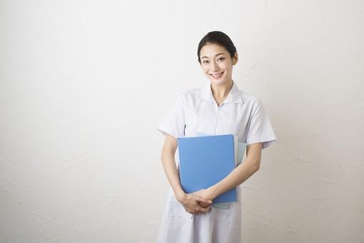 人物 女性 日本人 20代 30代   仕事 職業 医療 病院 看護師  ナース 医者 医師 女医 薬剤師  白衣 看護 屋内 白バック 白背景 おすすめ ポーズ 上半身 カルテ ファイル 問診票 持つ 笑顔 抱える mdjf010