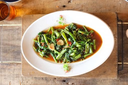 空芯菜のオイスターソース 空芯菜 オイスターソース 中華 中華料理 タイ料理 アジア料理 アジアン エスニック ethnic くうしんさい ヨウサイ クウシンサイ オイスターソース炒め 炒める 料理 調理 食卓 ダイニングテーブル cooking まな板