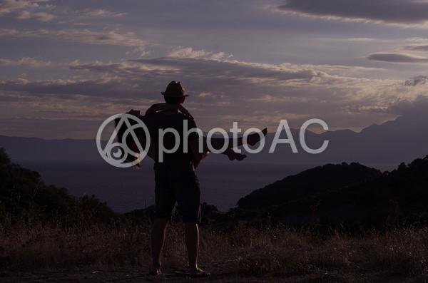女性を抱き上げる男性のシルエットの写真