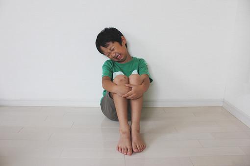 子供 人物 男の子 小学生 泣く すねる 三角座り 日本人 男子 こども キッズモデル 全身 正面 室内 屋内 白バック 白背景 座る 膝を抱える 体育座り 悔しい くやしい 残念 表情 ポーズ mdmk025