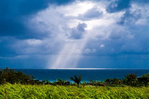 沖縄 海 光 太陽 曇り 雲 エメラルド エメラルドグリーン 芝生 緑 植物 海岸 風景 背景 白 黒 青 くもり 木 読谷村 おきなわ 沖縄県 南国 自然 瞬間 天国 妖精 神秘 輝き 幸運