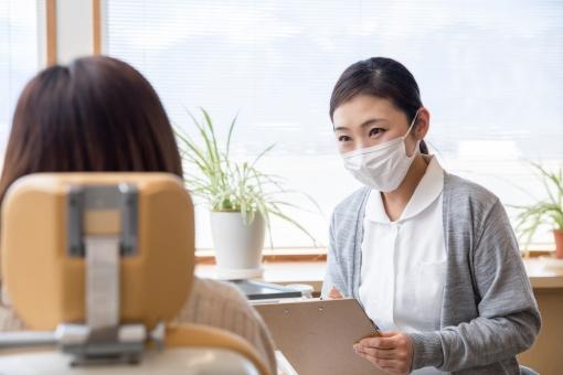 歯医者で承諾書にサインの写真