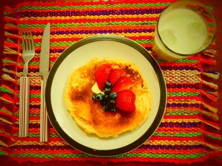 朝食 朝 ホットケーキ 食べ物 いちご ブルーベリー 抹茶 抹茶ミルク 牛乳 バター フォーク スプーン ランチョンマット カラフル ケーキ 皿 フルーツ