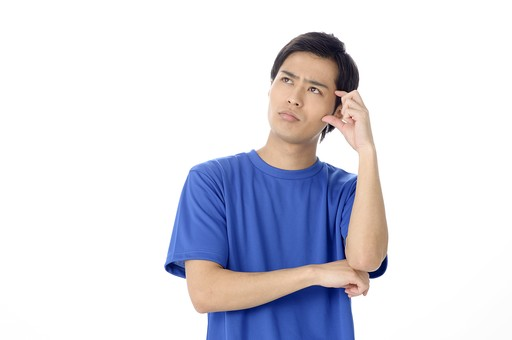 人物 人 男性 男 大人 日本人 20代 スタジオ撮影 白背景 白バック Tシャツ 青 手 ポーズ 腕を組む 腕組み 考える 考えごと 悩む どうして ? なぜ 疑問 不安  若い 頭をかく 頭を掻く ポリポリ 表情 スポーツ 運動 ジム インストラクター コーチ トレーナー mdjm025