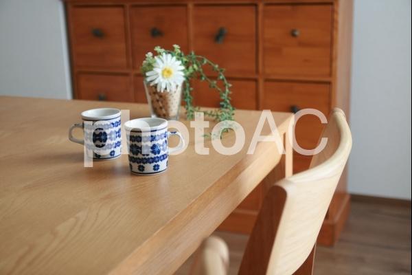 ダイニングテーブルとカップの写真