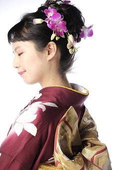 日本人 女性 20代 和服 着物   伝統 文化 衣装 晴れ着 振り袖  振袖  正月 成人式 卒業式 結婚式  正装 礼装  華やか 上品 エレガント  髪飾り 屋内 室内  スタジオ ポートレート  白バック 横向き 横顔 上半身 mdjf023