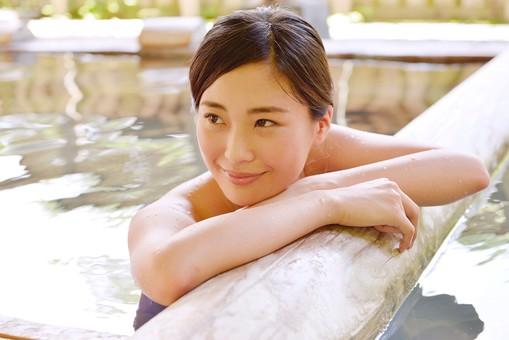 人物 日本人 1人  大人 女性 温泉施設 宿泊施設 ホテル 旅館 温泉   湯 お湯 露天風呂 屋外 外 リラックス リフレッシュ 休息 休憩 ゆっくり のんびり 気持ちいい 安心 安らぎ 満足 20代 見つめる もたれる 振り向く 考える 入浴 mdjf013
