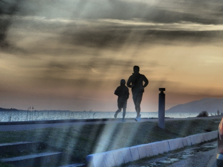 ランニング running 走る人 風景 夕日 宍道湖 名所 影 美 風情 もの悲しさ 哀愁 スポーツ 松江 湖 湖畔 ロード ランナー ウォーキング 健康 夕焼け 夜