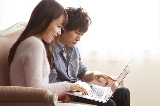 人物 カップル 恋人 若者 20代 夫婦 ファミリー 新婚 男性 女性 二人 ノートパソコン ノートPC ラップトップ ゲーム 遊ぶ 楽しむ 検索 探す 仲良し 一緒 笑顔 リビング ソファ 室内 カーテン 日差し 休日 休暇 若い WEBサイト 日本人 mdjm022 mdjf040