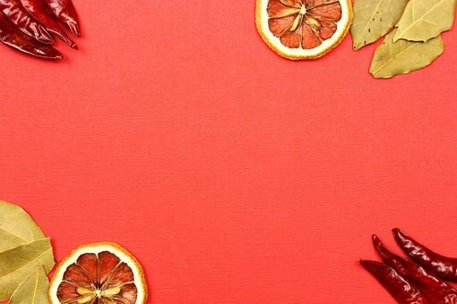 スパイス ハーブ ローリエ 月桂樹 月桂樹の葉 葉 オレンジ レッドチリ 鷹の爪 ホットスパイス 赤唐辛子 唐辛子 とうがらし トウガラシ 調味料 香辛料 香料 食べ物 食材 乾燥 フレーム 余白 コピースペース テキストスペース 背景 背景素材 バックグラウンド 囲み枠 枠 緑 赤 ピンク 自然 植物 並べる シンプル