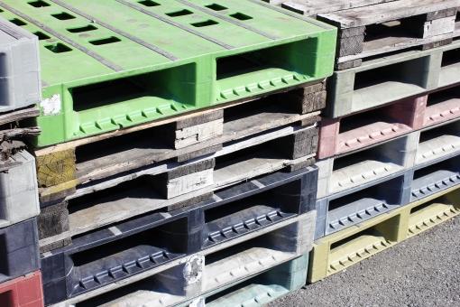 パレット プラスチック プラパレ 中古パレット フォークリフト 梱包 運送 運ぶ 運搬 荷物 トラック 工場 コンテナ 倉庫 仕事 ビジネス 作業 荷役作業 ハンドリフト 物流 木製パレット 寸法 サイズ 樹脂 背景 素材 背景素材 リサイクル 海外輸出 輸入