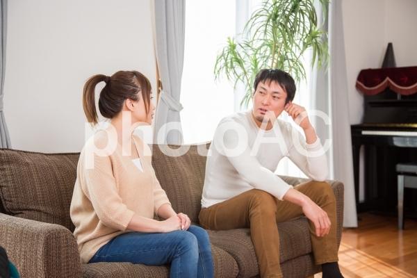 笑顔で会話する夫婦の写真