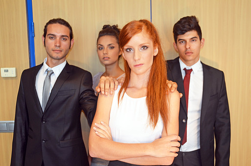 会社 オフィス内 ビジネス 仕事 職場 屋内 室内 働く スーツ 人物 男性 女性 ネクタイ 上司 部下 先輩 後輩 白人 インターナショナル 外国人 外人 外人男性 外人女性 白人女性 白人男性 グローバル 同僚 腕組み 並ぶ mdff125 mdff126 mdfm071 mdfm072