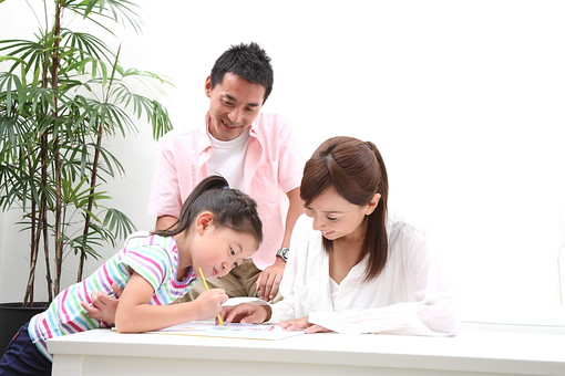 お絵かきする家族4の写真