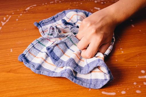 クリーナー 汚れ 木目 床 テーブル 机 屋内  掃除 洗剤 洗う 家庭 清潔 綺麗 きれい 家事 濯ぐ 衛生 労働 クローズアップ タオル 布 雑巾 チェック 青 白 赤 緑 オレンジ 橙 素手 片手 掴む 握る 擦る 拭き取り 拭く 拭き掃除
