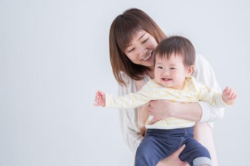 エプロン姿の女性と赤ちゃんの写真