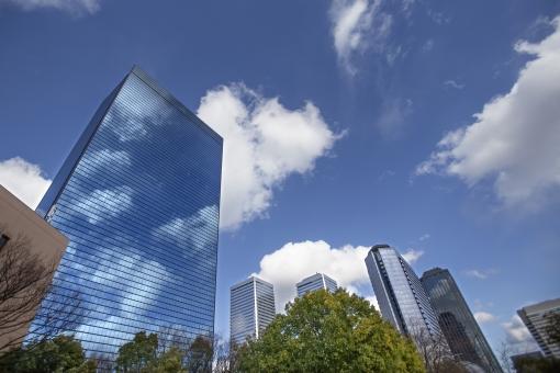 自然・風景 高層ビル ビジネス街 ビジネスイメージ 青空 白い雲 都会イメージ オフィス街 オフィスビル 近代的な 待ち受け画面 ポストカード コピースペース 背景 野外アウトドア 建造物 建物 ビル いい天気 仕事