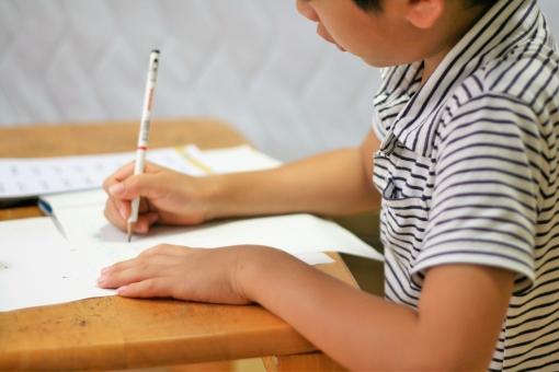 勉強をするこどもの写真