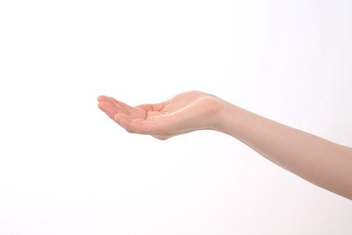 手 人物 女性 背景 白 白背景 白バック 切り抜き パーツ ボディパーツ 腕  片手  指 手首  ジェスチャー 身ぶり  仕草  肌 コピースペース 余白  シンプル ハンド ハンドパーツ 受け取る 受け止める 手のひら 掌 大事 大切 助ける 差し出す 右手 優しい 気持ち 助け