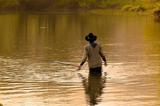 川釣り 川 河 川の中 河の中 ハット 帽子 立つ 水面 釣り フィッシング フライフィッシング アウトドア 魚 釣り人 フィッシャーマン 人物 男性 外国人 白人  景色 風景 自然 趣味 ホビー 後ろ姿 釣り竿 ロッド リール 木 林 森 緑 霧 投げ釣り キャスティング 歩く 移動